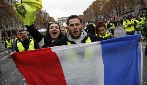"""Pariz: Policija suzavcima i vodenim topovima po """"žutim prslucima"""" 14"""