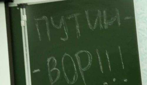 """Ruski učenici internetom šire slogane """"Putin je lopov"""" (VIDEO) 6"""