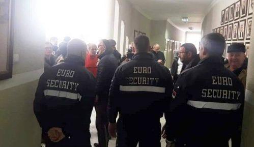 Privatno obezbeđenje sprečilo građane da prisustvuju sednici SO Požega 14