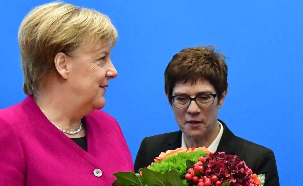 Nemački kancelar i lider Hrišćansko-demokratske unije Angela Merkel prima cveće od generalnog sekretara stranke Anegert Kramp-Karenbauer u oktobru 2018.