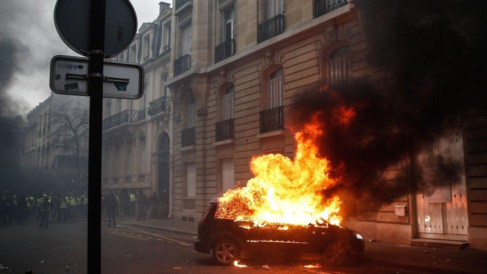 Zapaljen auto u Parizu, osmi decembar.