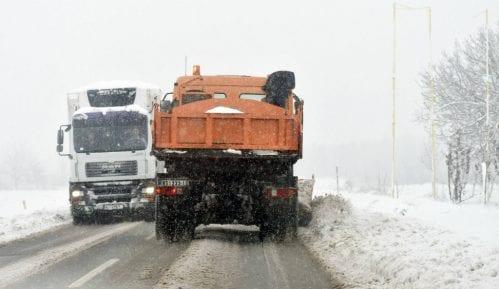 Zbog snežnih nanosa i vetra neprohodan put ka Kopaoniku preko Brusa 9