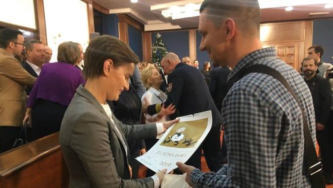 Urednici Danasa poklonili premijerki i ministrima Koraksove kalendare 1