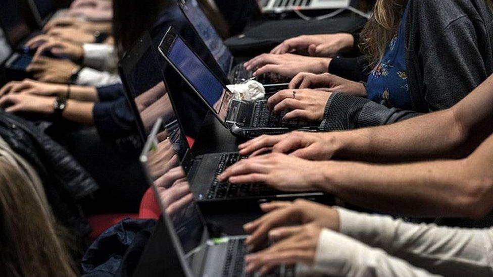 Ljudi rade na laptop računarima