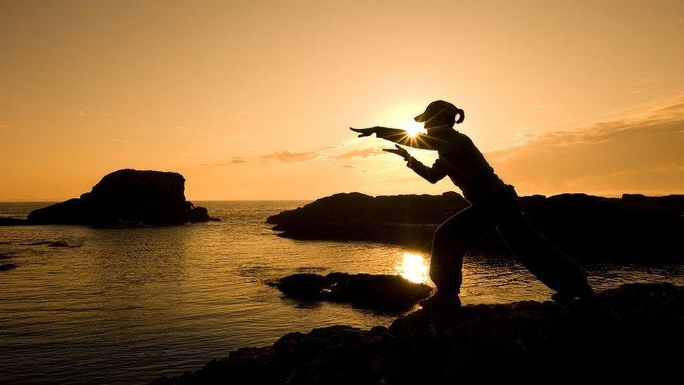 devojka i zalazak sunca na moru