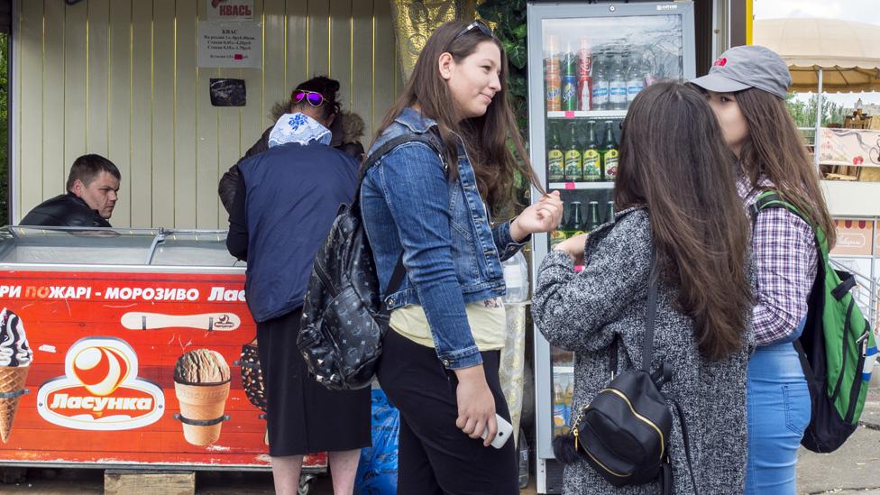 Devojke na štandu za sladoled u Transdnjestru