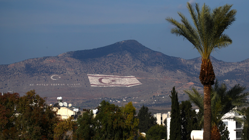 Zastava Turske Republike Severni Kipar naslikana na brdu u Nikoziji, u severnom Kipru