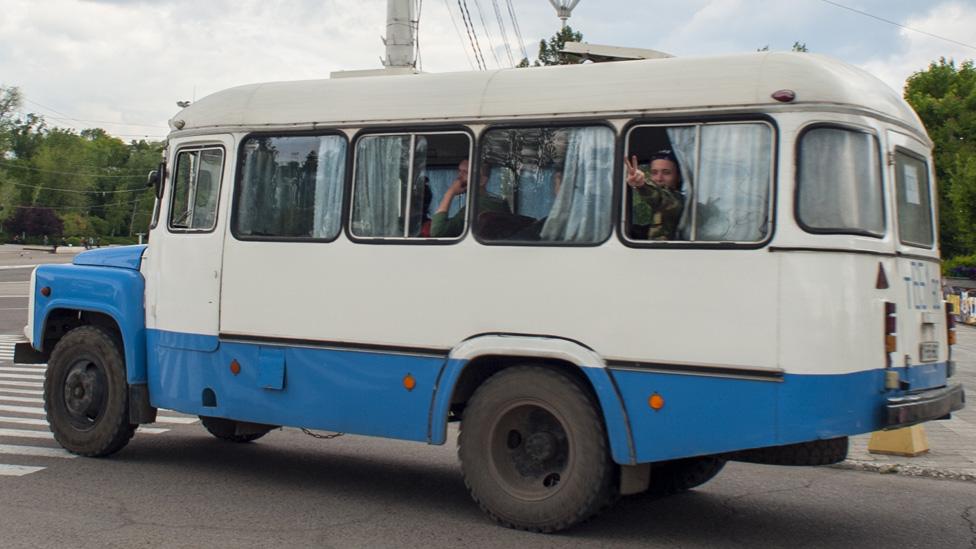 Vojnici putuju autobusom kroz Tiraspol, glavni grad Transdnjestra