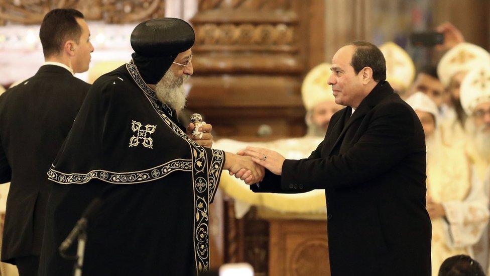 Patrijarh Tavadros Drugi Aleksandrijski razgovara sa egipatskim predsednikom Abdelom Fatahom al-Sisijem (desno) pre liturgije u novootvorenom hramu Rođenja u blizini Kaira