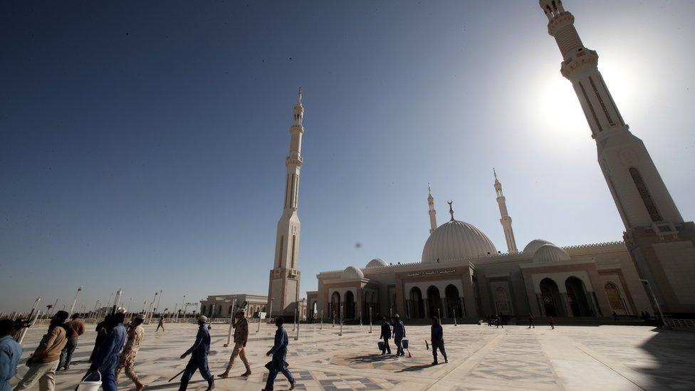 Radnici ispred nove Al-Fatah Al-Alim džamije