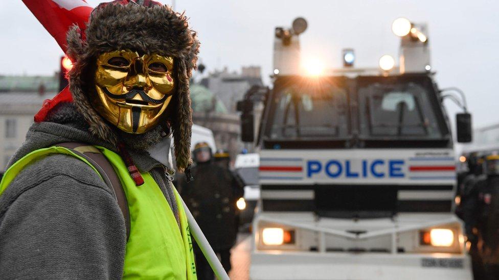 Čovek u žutom prsluku i sa maskom