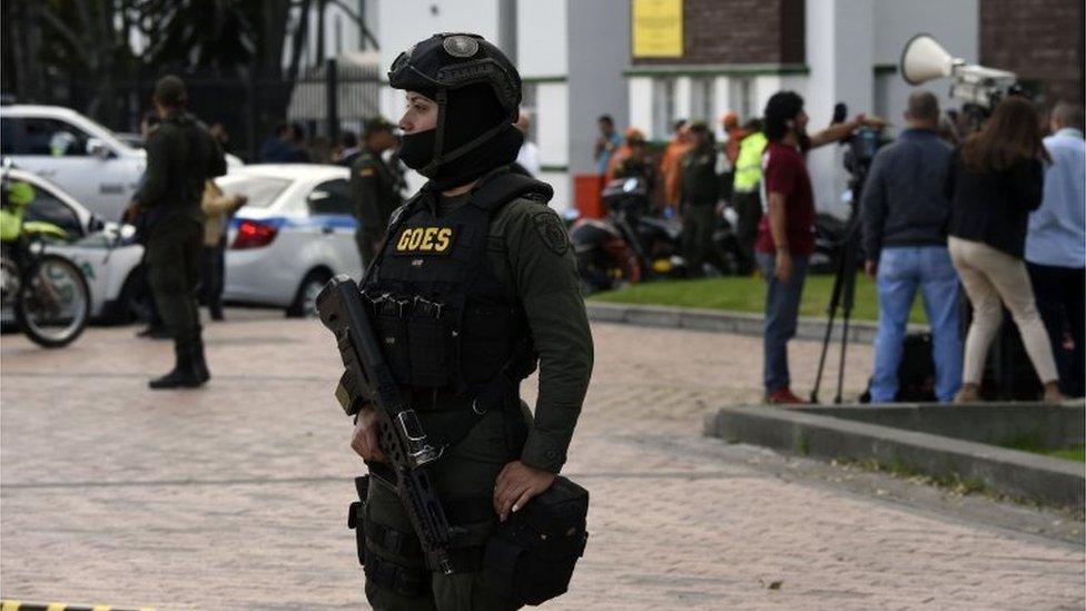 Policija ispred akademije