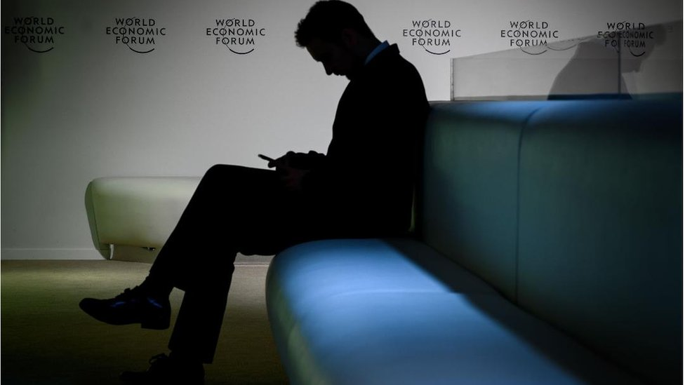 Čovek sedi u senci