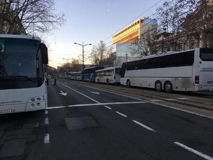 Đački autobus vozio naprednjake u Beograd, đaci išli peške u školu 1