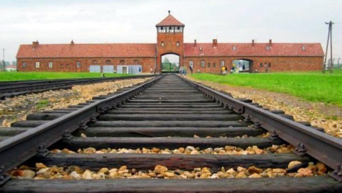 Belorusi kažnjeni zatvorom za bizarni performans ispred Aušvica 1