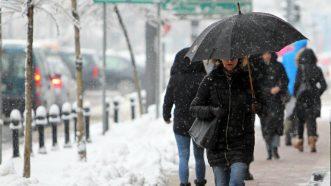 Zavejana Srbija: Oko 2.200 ljudi čisti puteve i posipa so (FOTO) 6