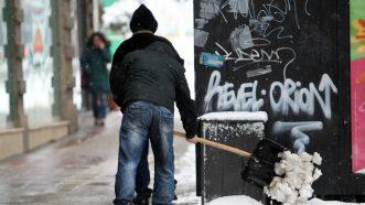 Zavejana Srbija: Oko 2.200 ljudi čisti puteve i posipa so (FOTO) 2