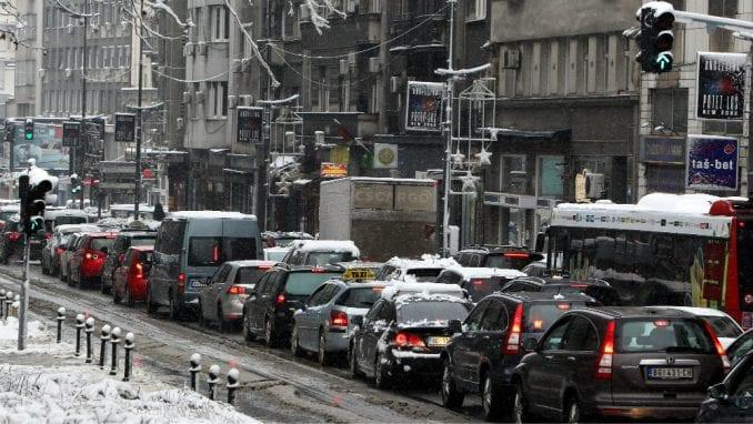 Zavejana Srbija: Oko 2.200 ljudi čisti puteve i posipa so (FOTO) 1