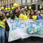 Žene u žutim prslucima u protestu protiv nasilja 3
