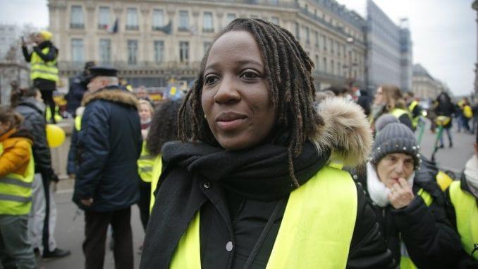 Žene u žutim prslucima u protestu protiv nasilja 1