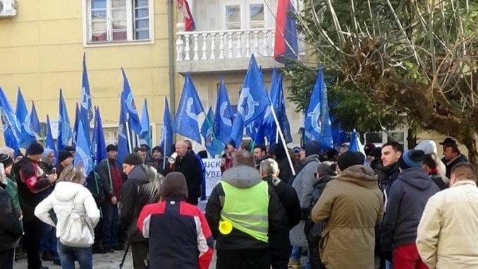 Protest policajaca ispred zgrade PU u Prokuplju 4