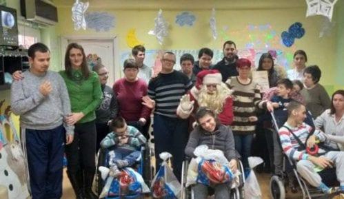 """Zaječar: Deda Mraz u poseti ustanovi """"Oblutak"""" 3"""