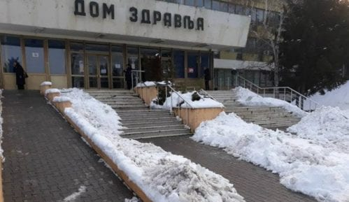 Nakon kritike lokalnih medija očišćen sneg oko zaječarskog Doma zdravlja 15