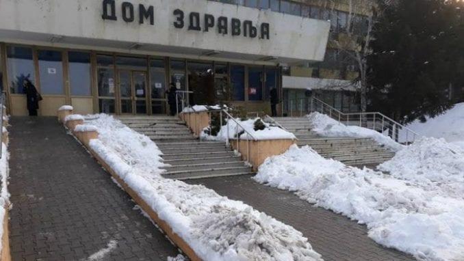 Nakon kritike lokalnih medija očišćen sneg oko zaječarskog Doma zdravlja 1