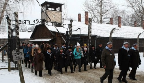 Preživeli logoraši na Dan sećanja na žrtve holokausta položili vence uz Zid smrti u Aušvicu 5