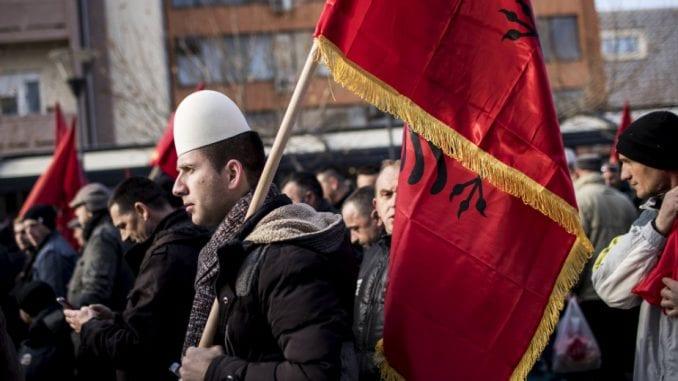 Više od polovine Albanaca protiv ukidanja takse, gotovo svi Srbi za 1