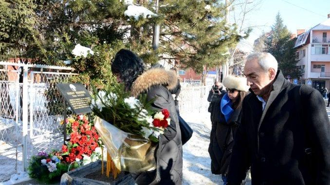 Održan pomen u Kosovskoj Mitrovici na mestu ubistva Olivera Ivanovića 1