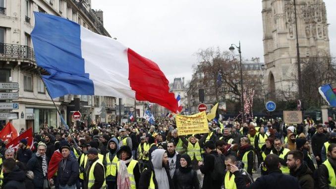 """Nekoliko hiljada ljudi na protestu """"žutih prsluka"""" u Parizu, privedene 24 osobe 3"""