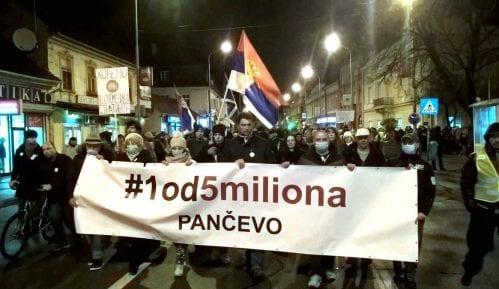 Na učesnike protesta Jedan od pet miliona u Pančevu bačena piksla 8