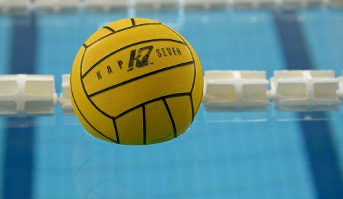 Budva: Navijači Partizana bacili suzavac u bazen 12