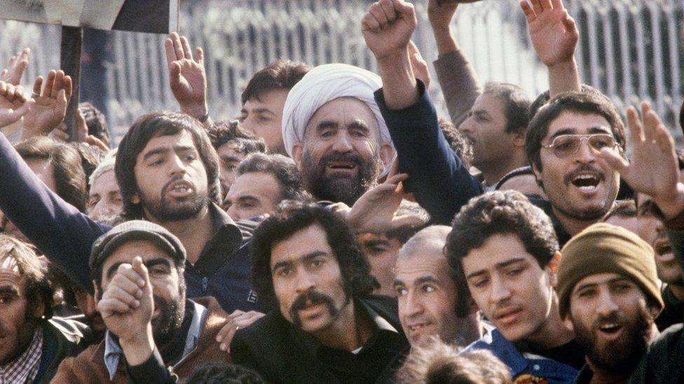 Građani dočekuju Ruholaha Homeinija u Teheranu po povratku iz izgnanstva