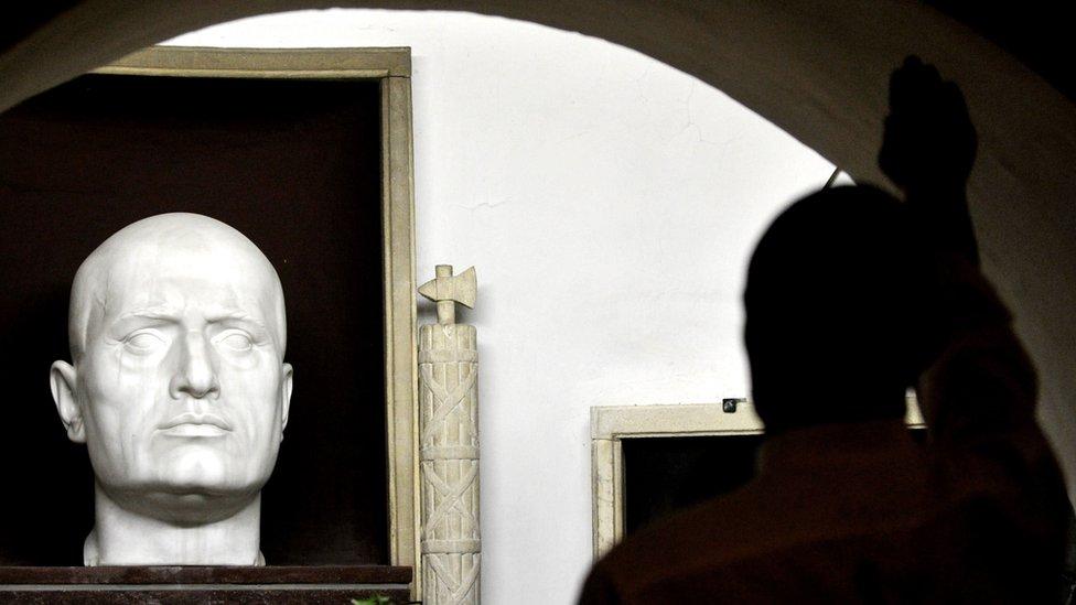Pristalica ekstremne desnice fašističkim pozdravom odaje počast Musoliniju
