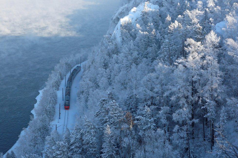 voz prolazi kroz rusku tajgu