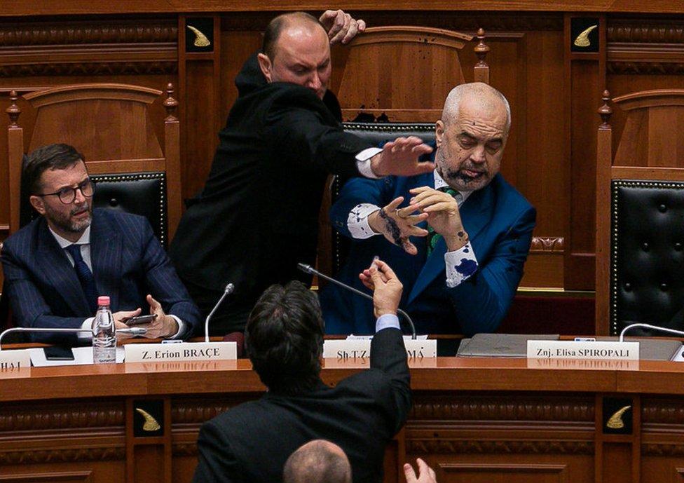 Opozicioni parlamentarac u Tirani isprskao je Edija Ramu mastilom
