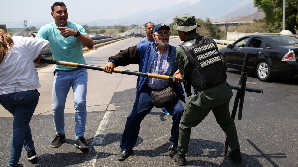 Opposition supporters scuffle with national guardsmen near Mariara, 21 February