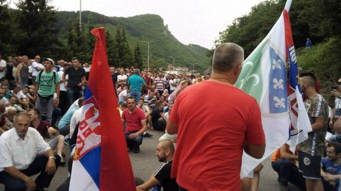 Vučić malinarima: Predsednik ne može da krši Ustav 1