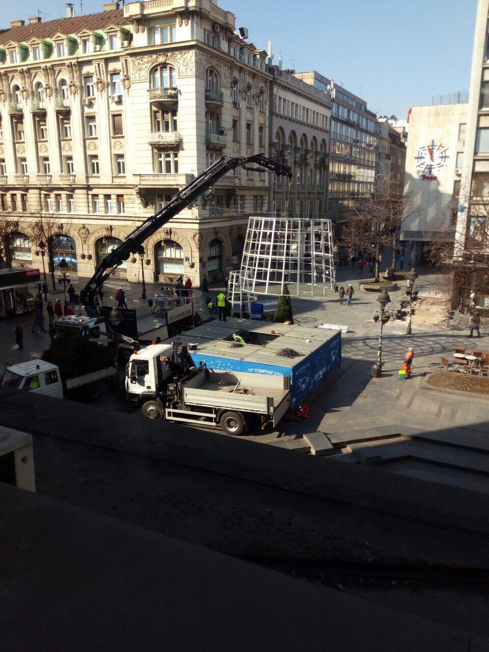 Uklonjena novogodišnja jelka sa Trga Republike u Beogradu 3
