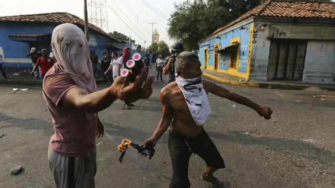 Demonstranti suprotstavljenih strana na ulicama Karakasa 1