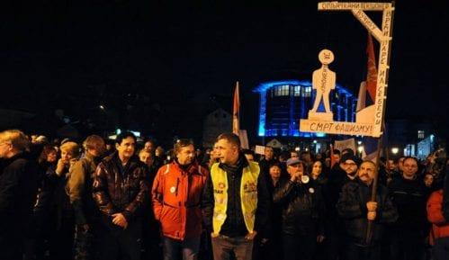 Kragujevčanin koji je nosio vešala pušten kući 15