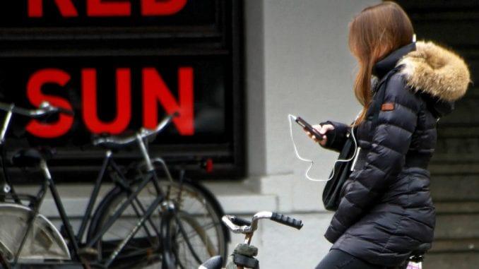 Holandija: Od jula zabranjeno koristiti mobilni na biciklu 1