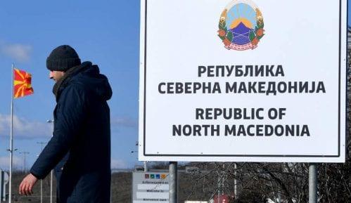 Popovi u nekoliko gradova Severne Makedonije svetom vodicom protiv virusa 8