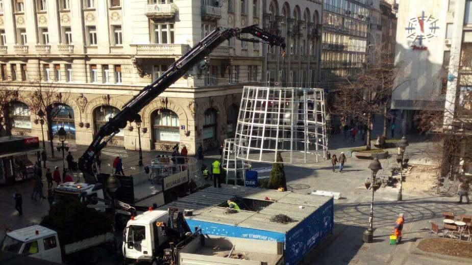 Uklonjena novogodišnja jelka sa Trga Republike u Beogradu 1