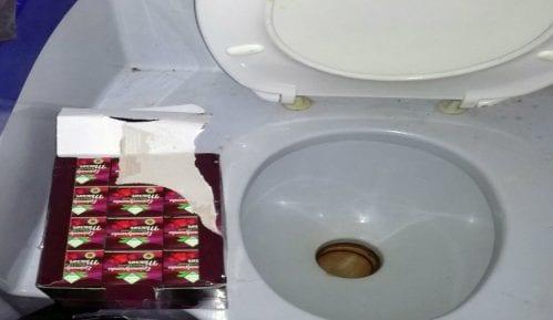 Turski med za potenciju u WC šolji autobuskog toaleta 14