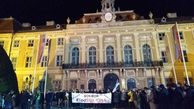 Protesti nastavljeni u još dvadesetak gradova u Srbiji (FOTO, VIDEO) 4