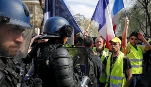 U Francuskoj protest pokreta Žuti prsluci - demonstranti pale, policija baca suzavac 5