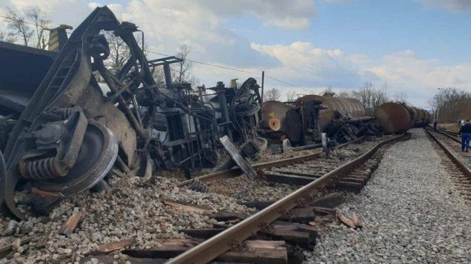 Voz iskliznuo sa šina u železničkoj stanici Brasina 2